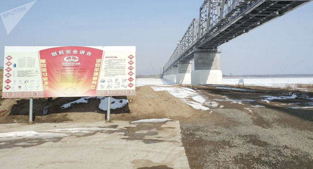 Stavba železničního mostu, který spojí Rusko a Čínu přes řeku Amur
