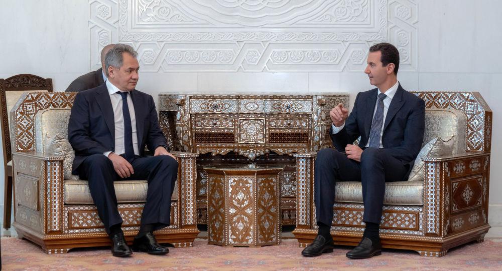 Ministr obrany Ruska Sergej Šojgu a syrský prezident Bašár Asad při jednání v Damašku