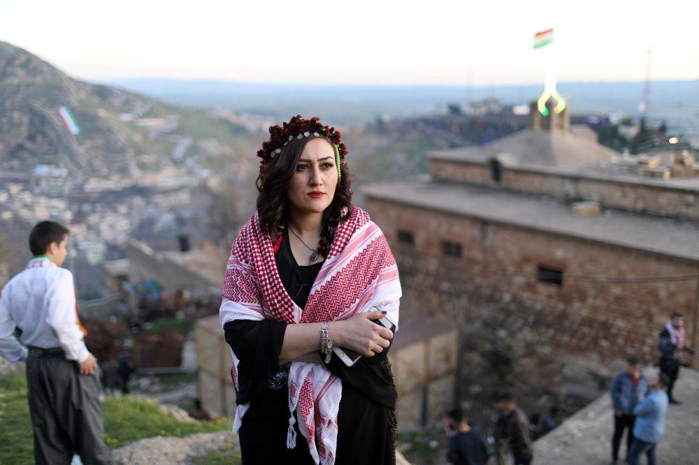 Irácká Kurdka pózuje při focení během oslav Nourúzu.