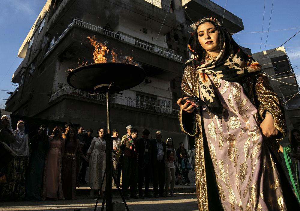 Kurdové v syrském Kamišli se oblékli do tradičních kostýmů pro oslavy Nourúzu.