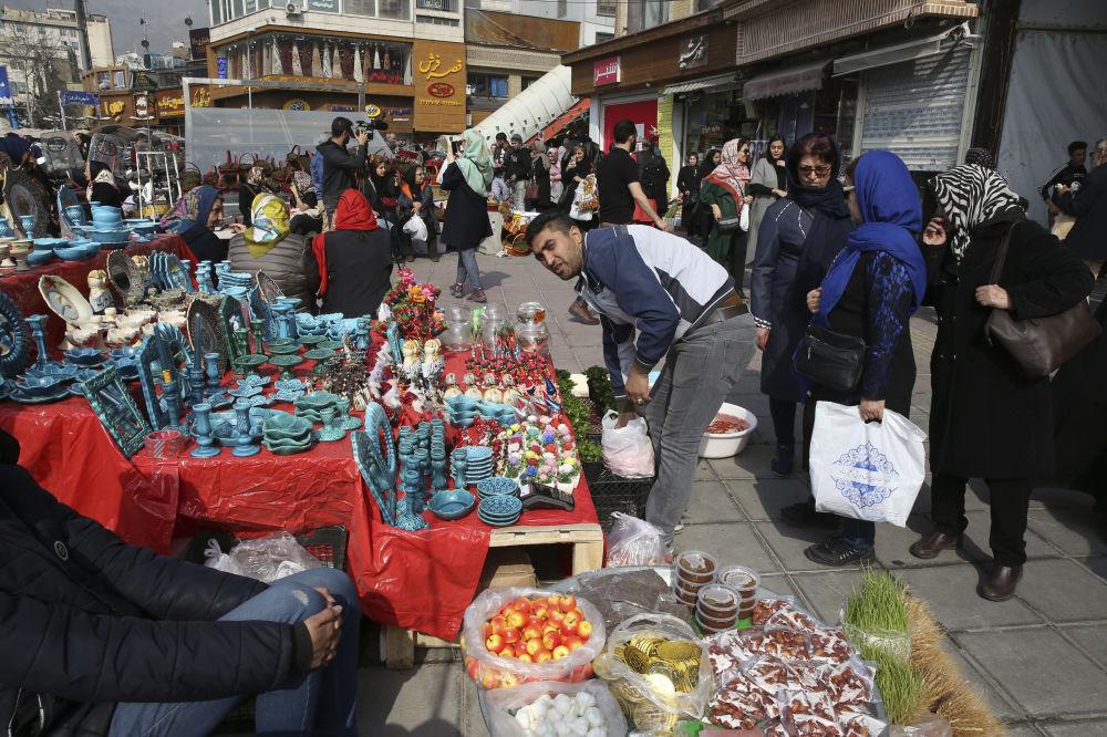 Sváteční trh v íránském Teheránu během oslav Nourúzu.