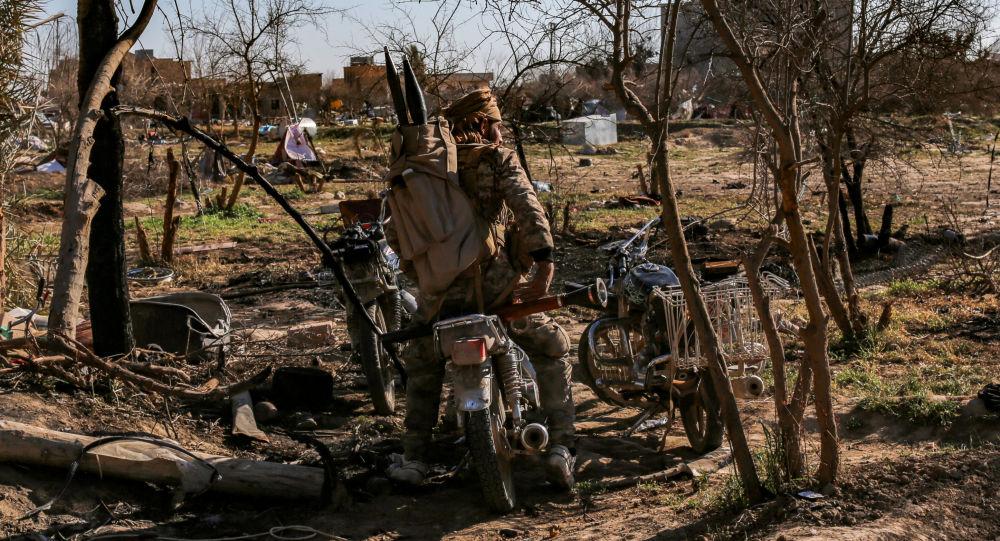 Bojovník Syrských demokratických sil (SDF) v tábože IS v Baghúzu