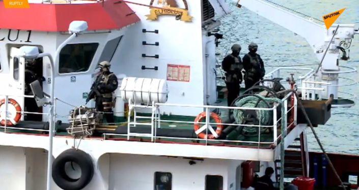 Zkrocení migranti: Unesená loď připlula na Maltu pod kontrolou ozbrojených sil