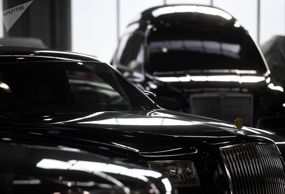 Putinova obří limuzína z blízka a ruský bezpilotní mikrobus