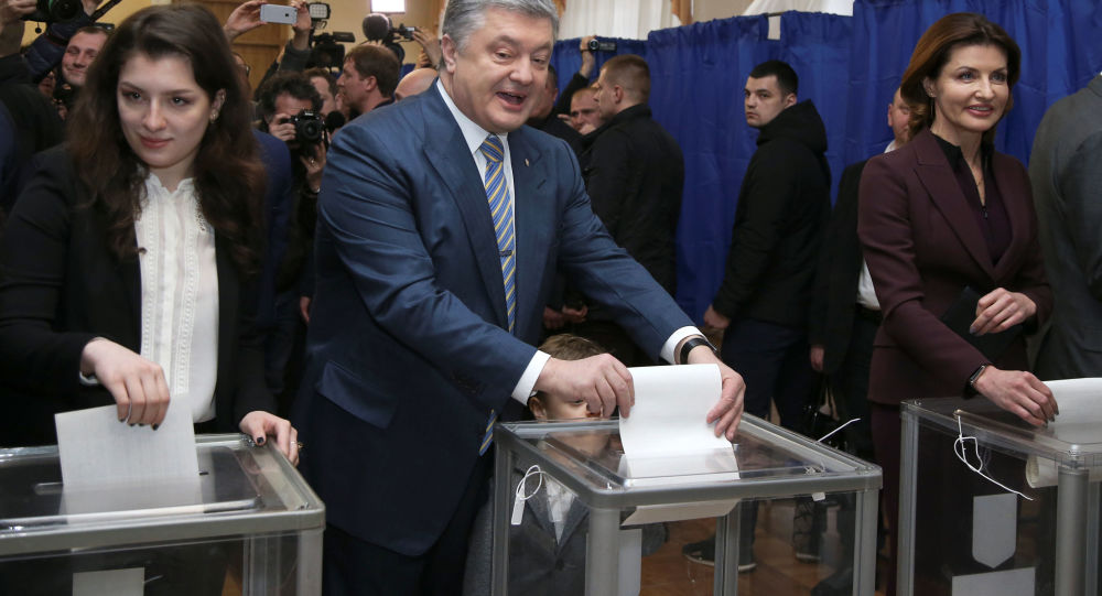 Petro Porošenko hlasuje spolu se svou rodinou na prezidentských volbách (31. 03. 2019)