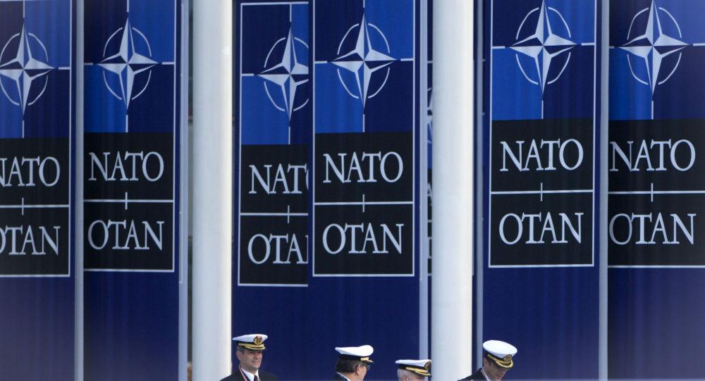 Španělští námořníci jdou pod vlajkou NATO vedle štábu aliance v Bruselu