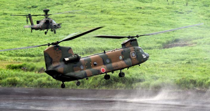 Vrtulníky CH-47J Chinook a Apache