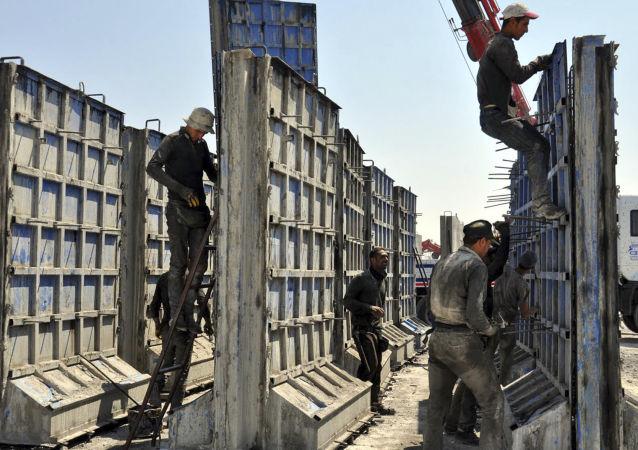 Turecko začalo stavět betonovou stěnu na hranici se Sýrií