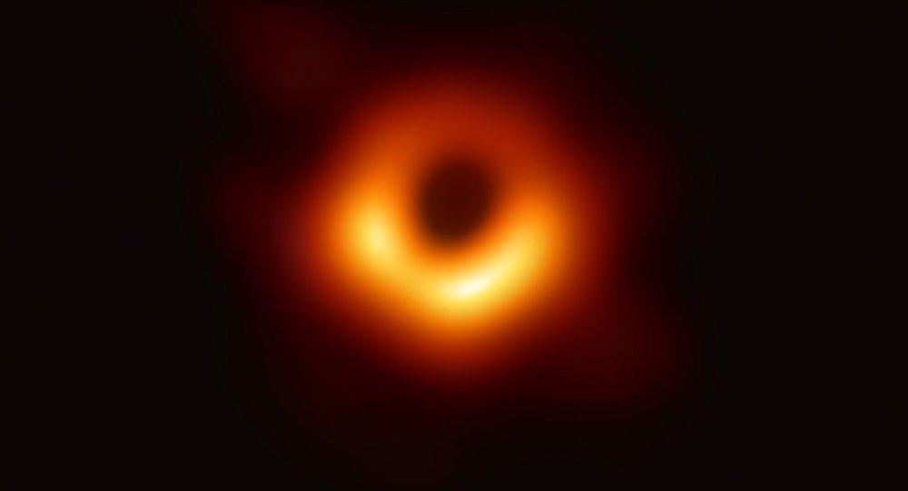První snímek černé díry v galaxii M87 pořízený pomocí teleskopu Event Horizon Telescope