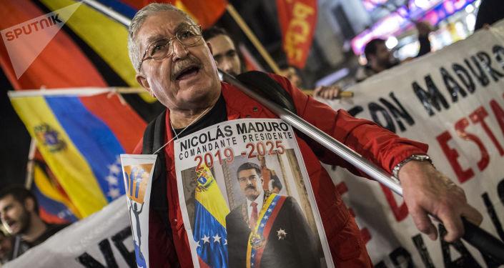Účastník akce na podporu legitimního venezuelského prezidenta Nicoláse Madura v Madridu, Španělsko