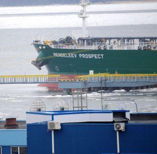 Tanker Prospekt Mendělejeva během prezentace ve Finském zálivu