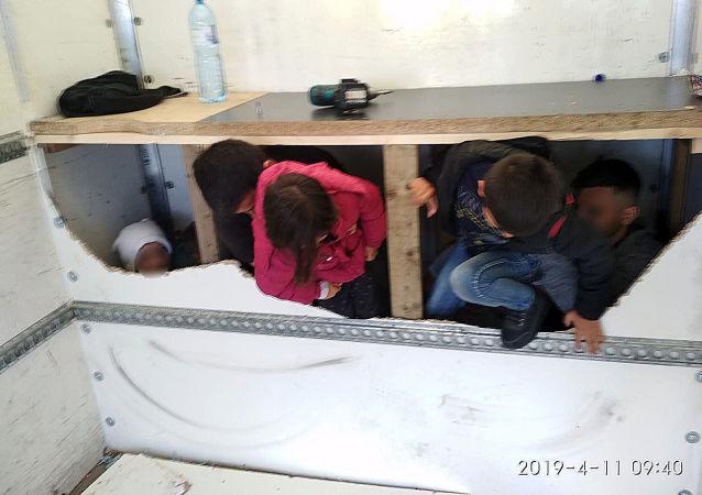 Migranti chycení ve vozidle