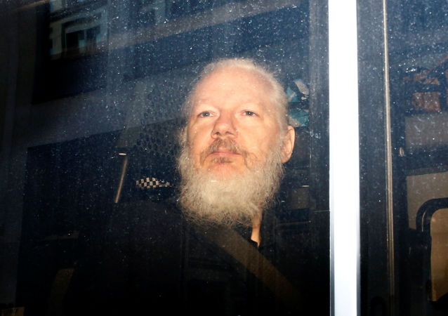 Julian Assange zadržený britskou policií
