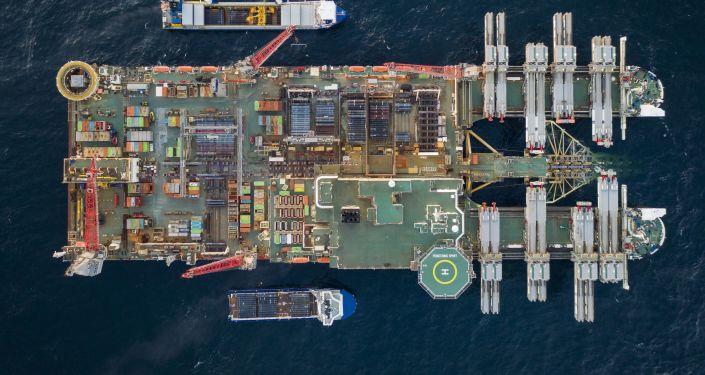 Pohled na Pioneering Spirit, výstavba Severního proudu 2