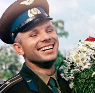 Letec a kosmonaut Jurij Gagarin s kyticí heřmánků