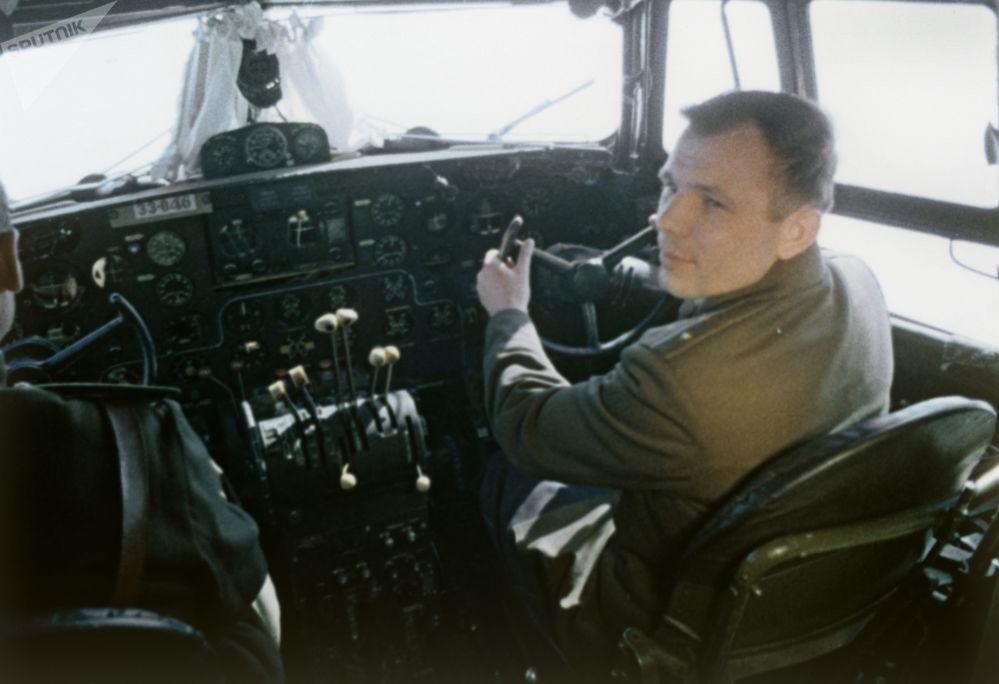 Jurij Gagarin v pilotní kabině před letem do vesmíru