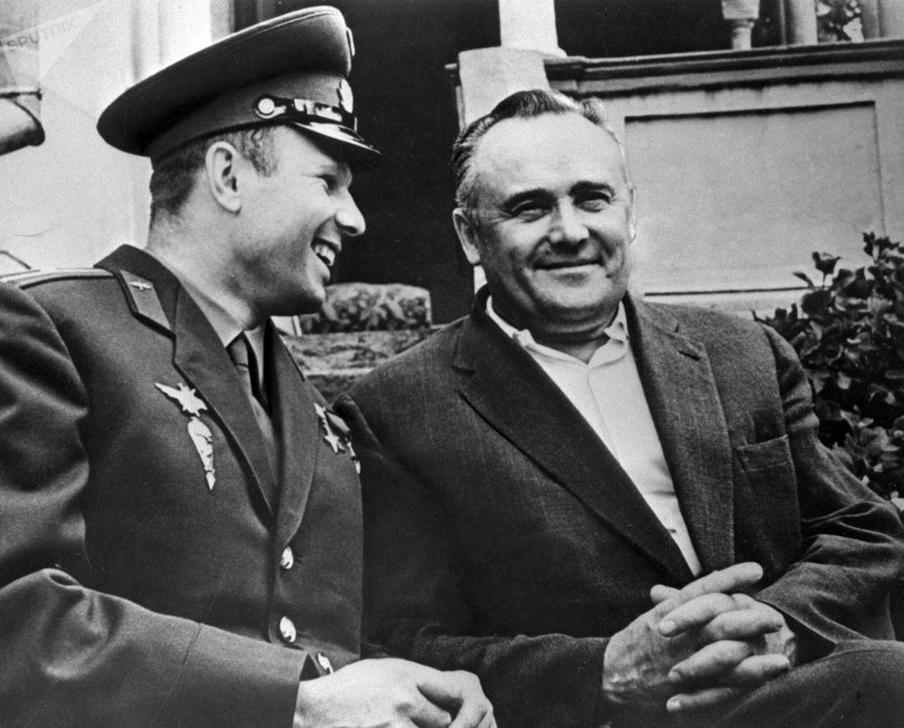 Kosmonaut Jurij Gagarin a akademik Sergej Koroljov po prvním letu do vesmíru v lodi Vostok