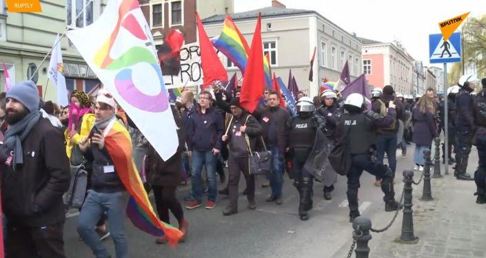 Homosexualové neprojdou! V Polsku Anti-LGBT skupiny brání prvnímu pochodu