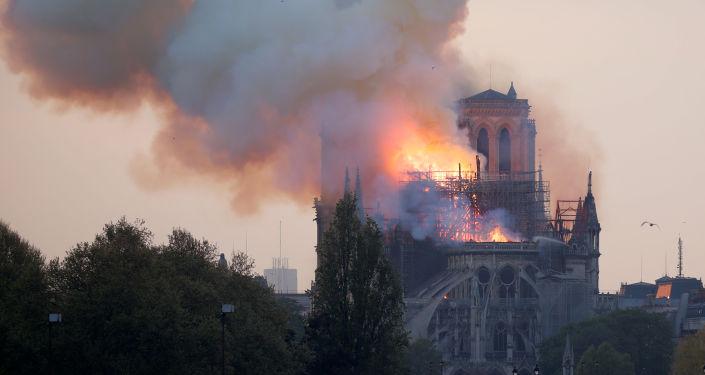 Hořící pařížská katedrála Notre-Dame