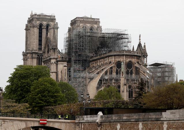 Katedrála Notre-Dame v Paříži po rozsáhlém požáru