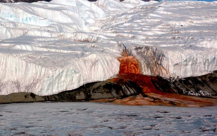 Krvavé vodopády (Blood Falls) na Antarktidě