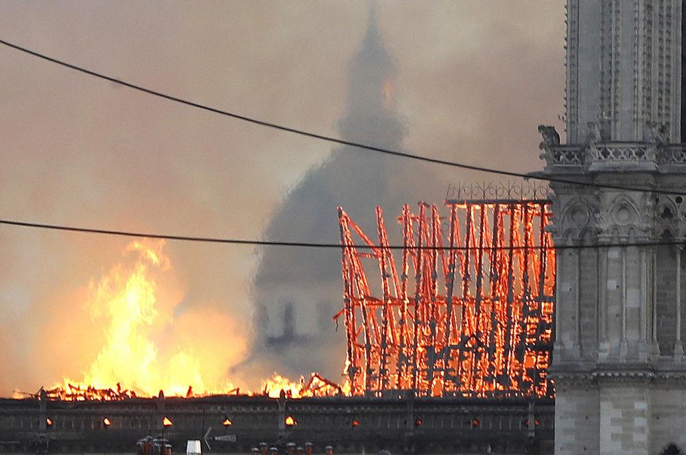 Katedrála Notre-Dame v plamenech: snímky z tragického dne