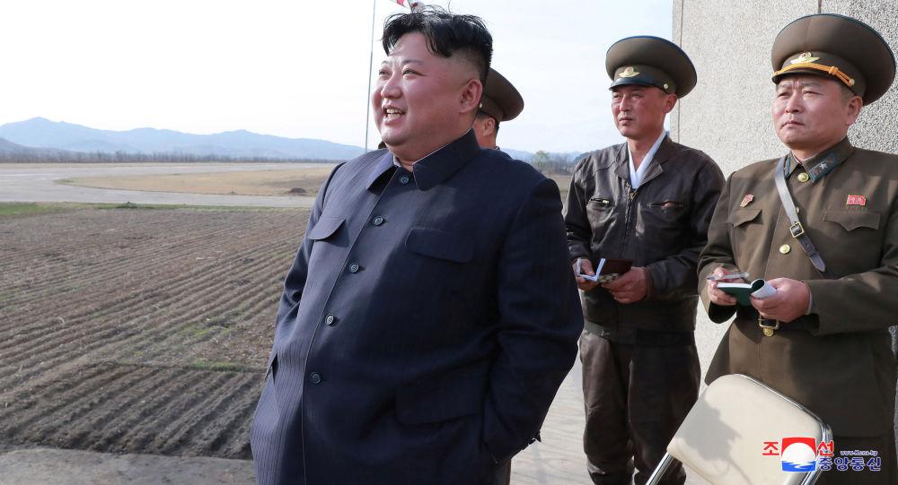 Severokorejský vůdce Kim Čong-un na vojenském cvičení