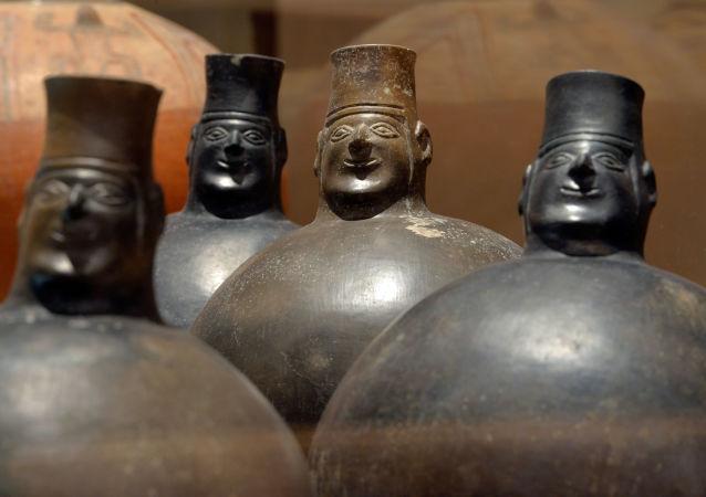 Keramické nádobky z doby Staré Huarijské říše