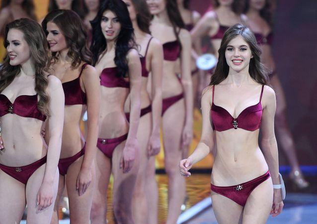 Alina Sanková na přehlídce ve finále soutěže Miss Rusko 2019 v Barvikha Luxury Village