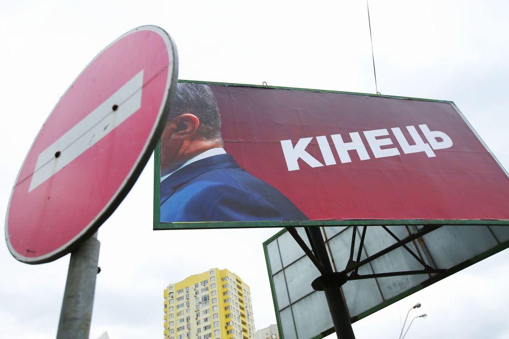 """Billboard s nápisem """"Konec"""" v Kyjevě. Druhé kolo prezidentských voleb se konalo na Ukrajině 21. dubna"""