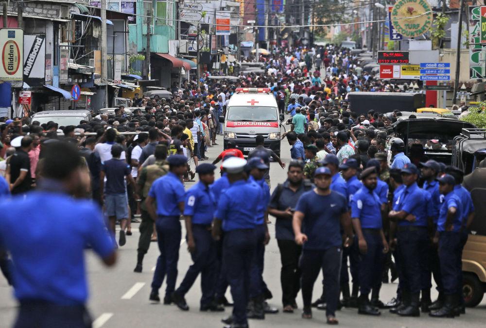 Policisté čistí cestu pro sanitku se zraněnými při bombových útocích v Kolombu na Srí Lance 21. dubna 2019