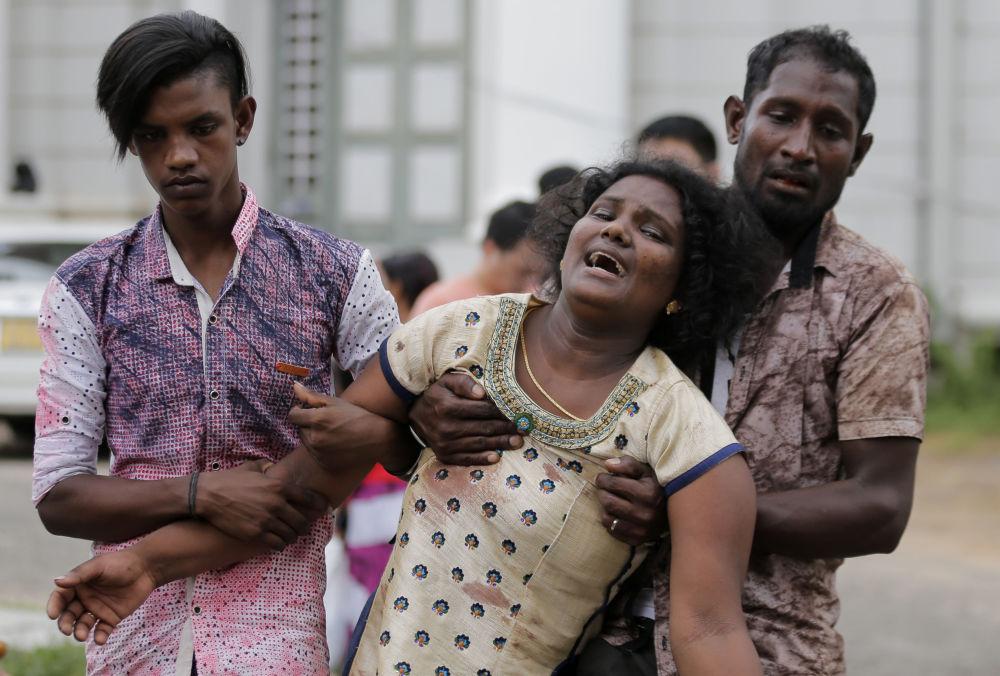 Příbuzní oběti výbuchu truchlí poblíž márnice v Kolombu na Srí Lance, 21. dubna 2019