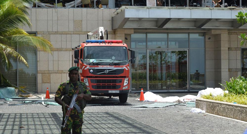 Policisté na místě výbuchu. Srí Lanka
