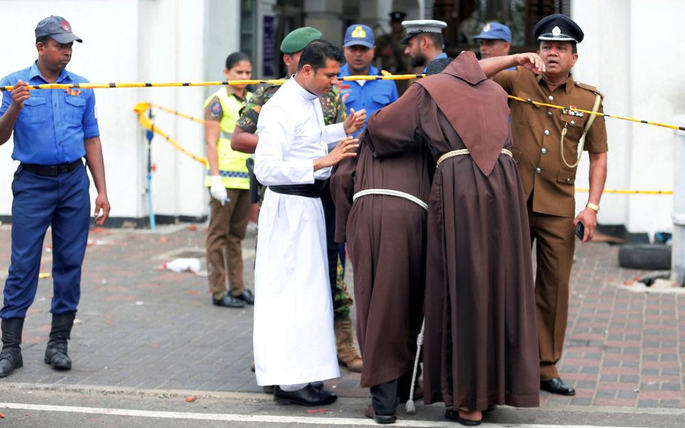 Kněží jdou do chrámu sv. Anthonyho po výbuchu, Srí Lanka, 21. dubna 2019.