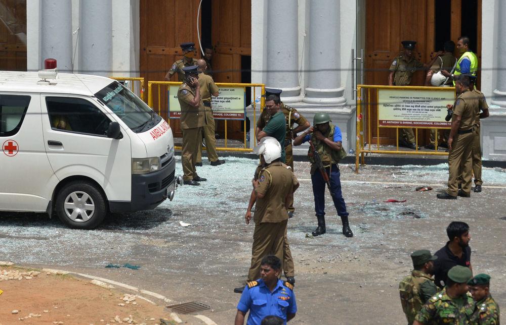 Bezpečnostní důstojníci Srí lanky stojí vedle ambulance poblíž chrámu sv. Antonína v Kolombu 21. dubna 2019