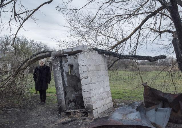 Zničený dům v obci Sachanka v Doněcké oblasti
