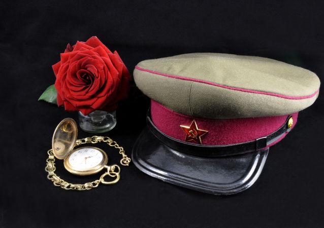 Čepice agenta KGB, hodinky a růže