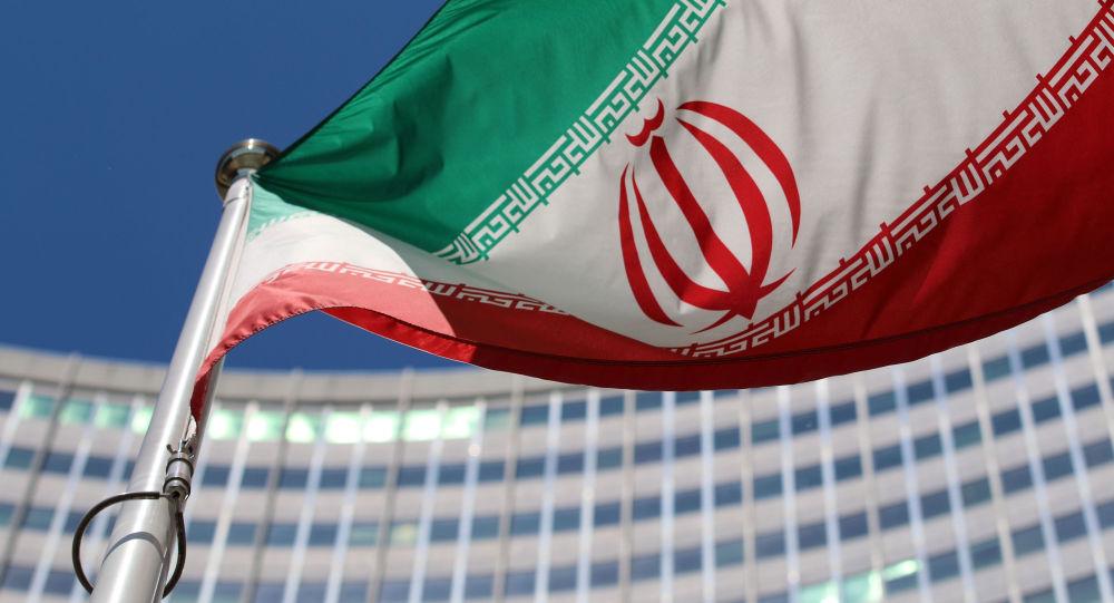 Íránská vlajka před budovou OSN ve Vídni