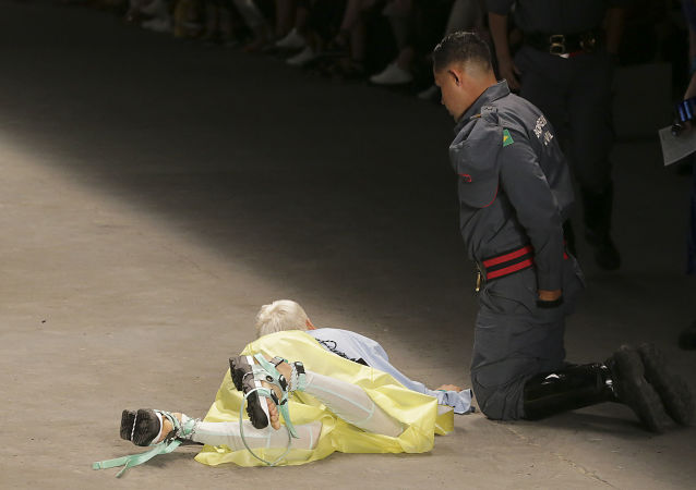 Muž spadl na módní přehlídce v Brazílii