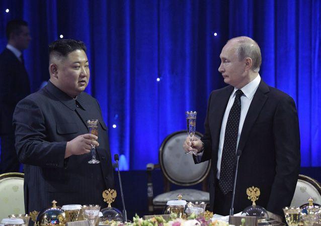 Ruský prezident Vladimir Putin a hlava KLDR Kim Čong-un po jednání ve Vladivostoku