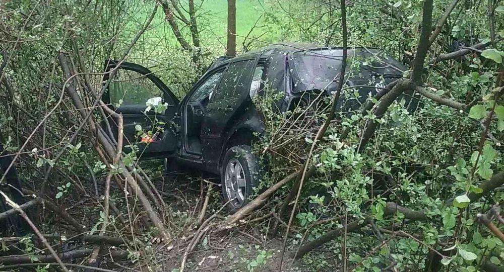 Automobil po srážce odletěl ze silnice a zaklínil se mezi stromy