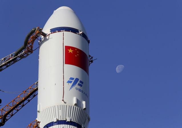 Čínská raketa Dlouhý pochod na startovací ploše na kosmodromu Wenchang