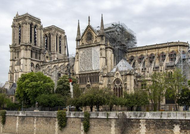 """Katedrála Notre-Dame s """"deštníkem"""" nad střechou"""