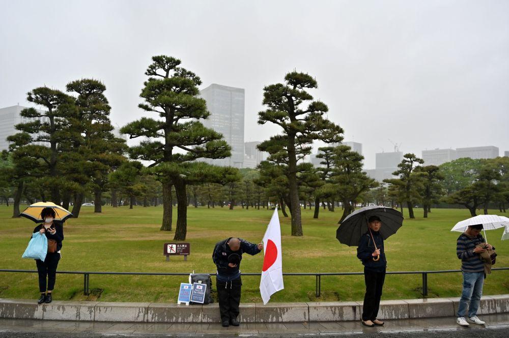 Diváci v blízkosti císařského paláce v Tokiu