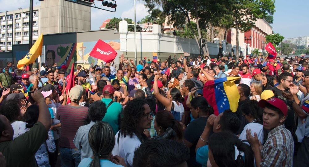 Lidé se shromáždili poblíž paláce Miraflores na podporu vlády Madura