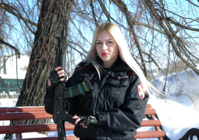 Účastnice ruské fotografické soutěže Krása Ruské gardy. Policejní praporčice Anna Chramcovová z Jekatěrinburgu.
