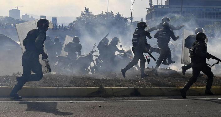 Zmatek v ulicích Venezuely. Státní převrat ohrozil životy desítek lidí