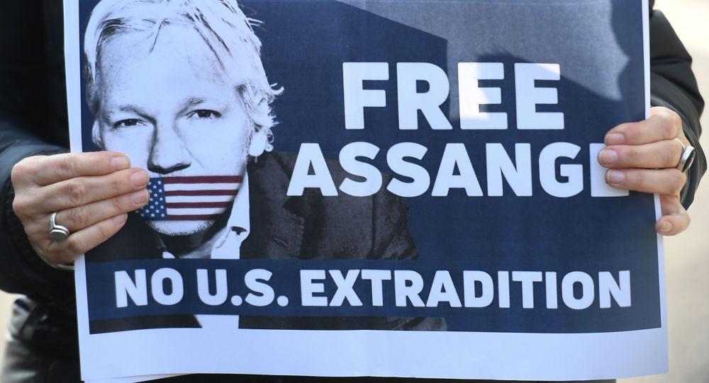 Plakát s výzvou k uvolnění zakladatele WikiLeaks Julian Assange