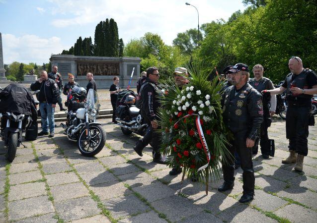 """""""Cesta vítězství"""" vedla do Varšavy: Noční vlci uctili památku padlých sovětských hrdinů"""