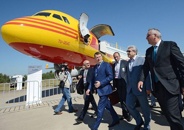 Dmitrij Rogozin a Soren Sattary na leteckém show MAKS 2015